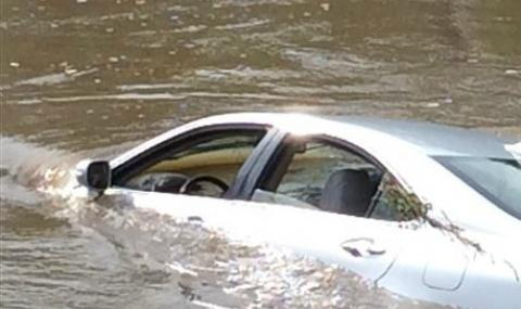 Кола падна в река край Стражица