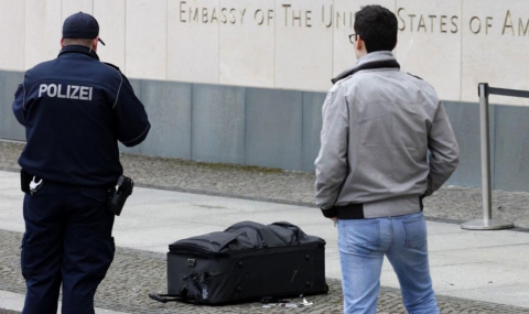 Мъж заплаши с бомба посолството на САЩ в Германия