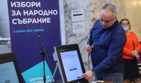 Показват машините за гласуване пред сградата на Народното събрание