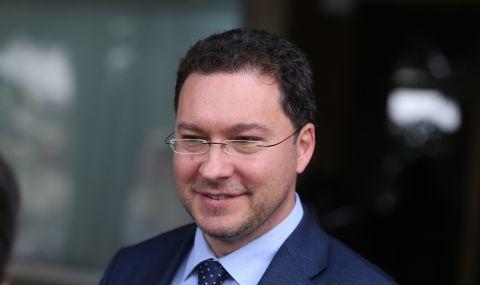 Даниел Митов се подигра на временната власт за електромобилите