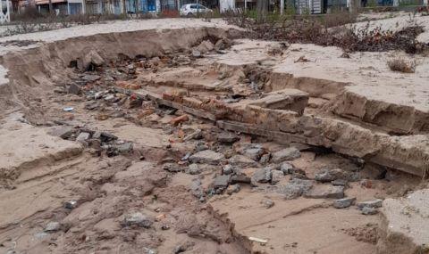Проливните дъждове деформираха плажовете в Созопол и нанесоха сериозни щети (СНИМКИ) снимка #4