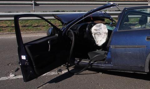 """Смърт при челен удар между патрулка и лек автомобил на слизане от АМ """"Хемус"""""""