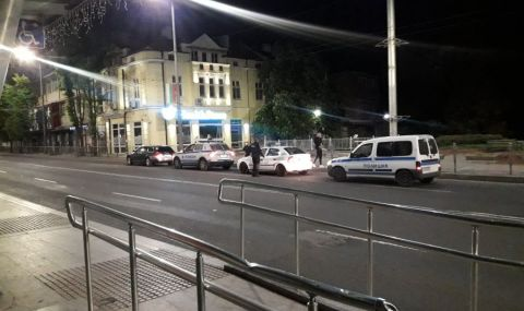 Три патрулки заклещиха Audi A6