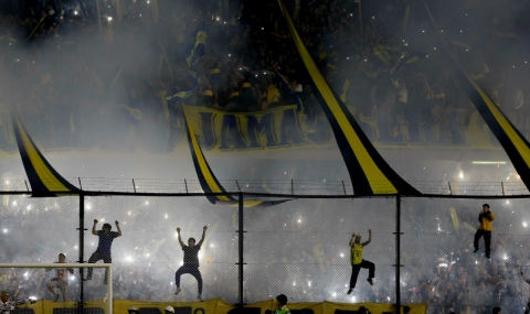 """Екшън на """"Ла Бомбонера"""": Фенове напръскаха играчи със спрей"""