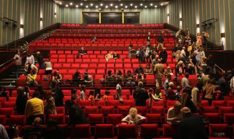 Театрите отварят от днес