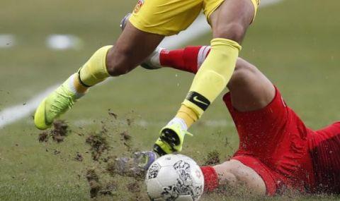 Трагедия по време на мач: 18-годишен футболист почина в ръцете на баща си