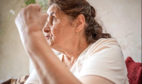 Баба наби двойка, правеща секс в храстите (ВИДЕО)