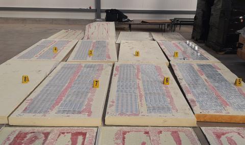 Откриха 100 000 къса цигари в куриерска пратка с термопанели