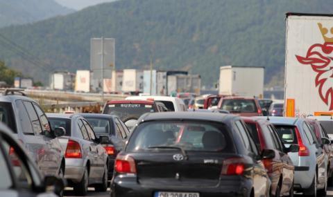 """Километрично задръстване на АМ """"Хемус"""" заради аварирал камион"""