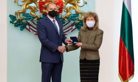 Радев отличи проф. Екатерина Трендафилова с Почетния знак на държавния глава