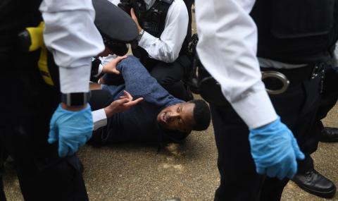 Арестуваха десетки протестиращи заради пандемията (СНИМКИ) - 1