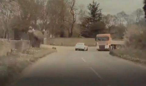 Бетонни блокове се срутиха върху електрическа Tesla по време на движение (ВИДЕО)