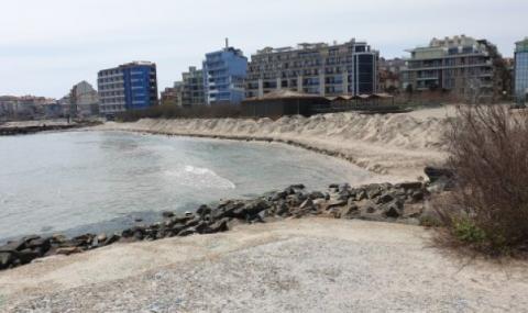 Тревожни диги на плажната ивица в Поморие