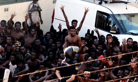 Пробив в оградата! Мигранти идват към Европа