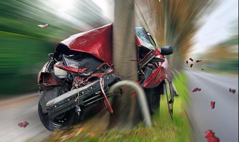 Мъж получи инфаркт зад волана, катастрофира в стълб