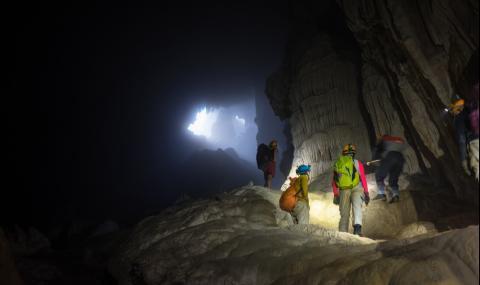 Туристи решиха да се скрият от коронавируса в... пещера
