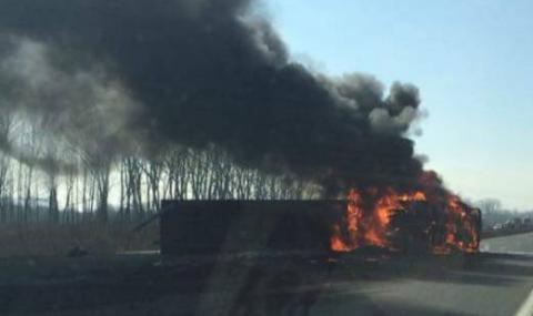 """Камион се запали, затвори АМ """"Хемус"""" между Шумен и Нови пазар"""