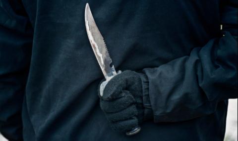 Мъж опря нож до гърлото на майката на детето си
