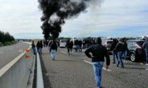 Фенове на Бари запалиха микробус с привърженици на Лечe (ВИДЕО)