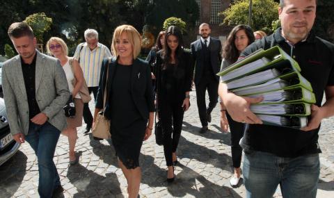 Манолова се регистрира за изборите, внесе 6255 подписа