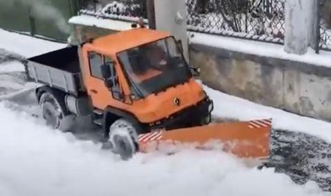 Unimog с дистанционно помага за чистенето на тротоарите в Чехия (ВИДЕО)