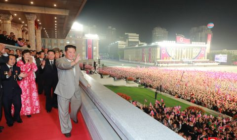 Северна Корея организира среднощен военен парад - 1