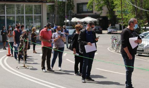 Граждани чакаха по 4 часа на опашка, за да се ваксинират през зелените коридори