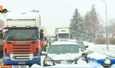 Сняг затвори за часове пътя към Бяла