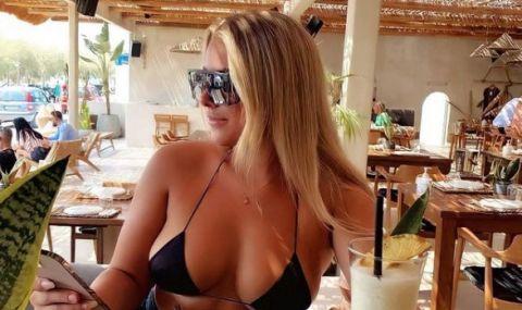 Секси футболистка показва заоблените си форми в Санторини - 1
