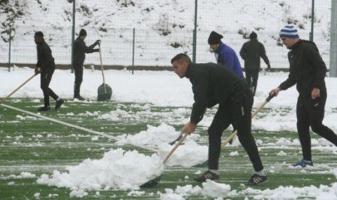 Футболисти и треньори в Етър ринат сняг