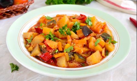 Рецепта за вечеря: Лятна яхния с картофи и тиквички