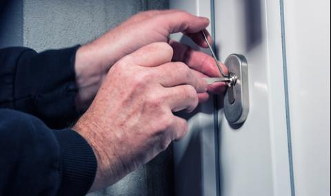 Крадци нахлуха през капандура в жилище, ето колко свиха