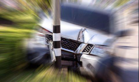 Шофьор е в кома, след като се заби в автобусна спирка в Шуменско