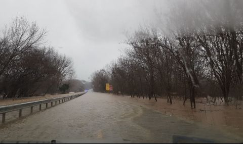 Възстановиха движението на пътя между Ахтопол и Резово, залят от Велека