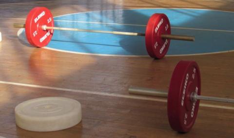 Правят състезание по вдигане на тежести от вкъщи