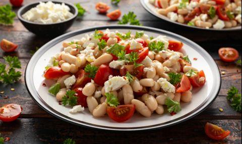 Рецепта за вечеря: Бобена салата с лук и подправки