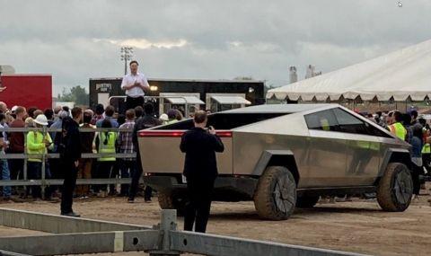 Илон Мъск подкара Tesla Cybertuck (ВИДЕО)