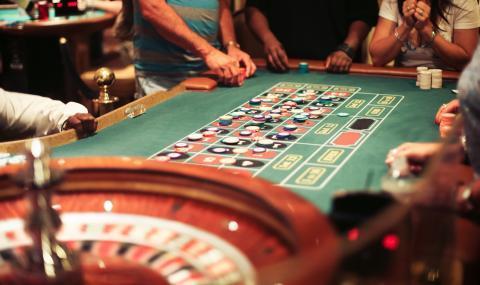 Клиент на казино заплаши с нож крупие и открадна близо 5 000 лв.