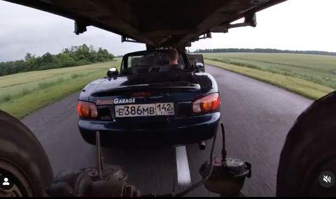 Като по филмите: Mazda премина под ремаркето на движещ се камион - 1