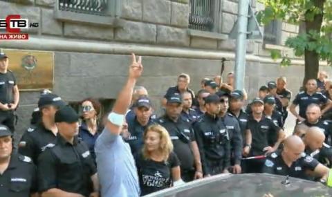 Изведоха със сила протестиращите от парламента