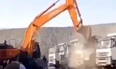 Бесен турчин  смаза с багер няколко камиона (ВИДЕО) - 1