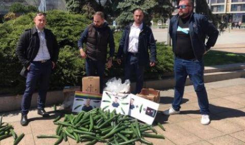 Изсипаха 100 кг краставици като протест срещу гей парад в Бургас