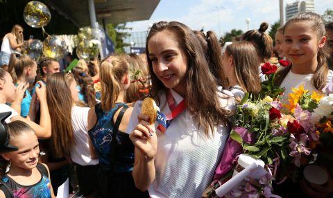 Златно момиче кръсти новия кораб на Бургас (СНИМКИ) - 1