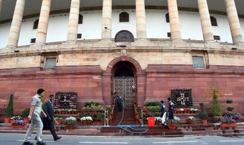 Премиерът и депутатите в Индия си намалиха заплатите