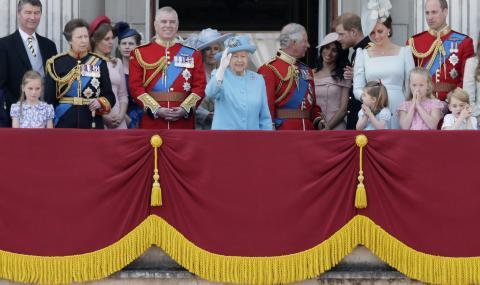 Кралица Елизабет II раздаде рицарски почести