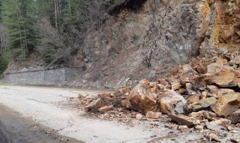 Скална маса затвори едната лента на пътя Белово - Юндола