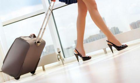 Блондинка се появи почти гола на летище (ВИДЕО) - 1