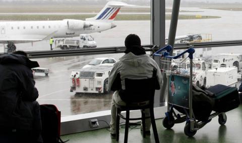 Луд шофьор нахлу в летище с бясна скорост