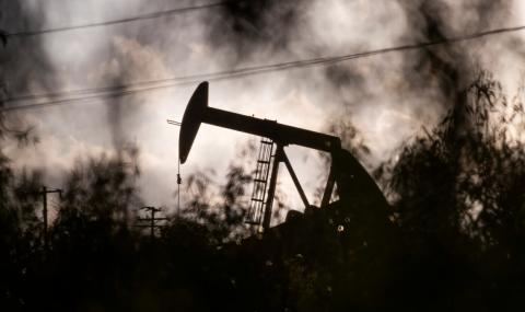Невиждан в историята спад на петрола