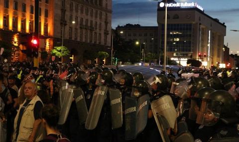 Двама полицаи са леко пострадали при снощните протести